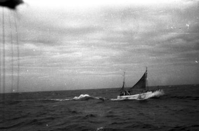 Kuter rybacki z żaglami w trakcie resju