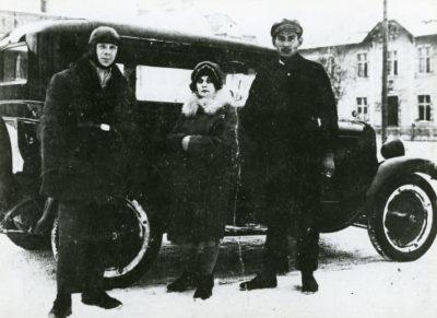 Taksówkarz z klientami przy samochodzie marki Chevrolet
