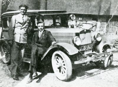 """Taksówkarze przy swoim samochodzie marki """"Studebaker"""""""