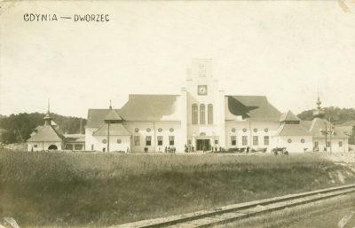 Widok na dworzec kolejowy od strony placu Dworcowego (obecnego placu Konstytucji)