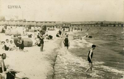 Plaża gdyńska na wysokości  zbudowanych w 1925 roku Łazienek Kąpielowych