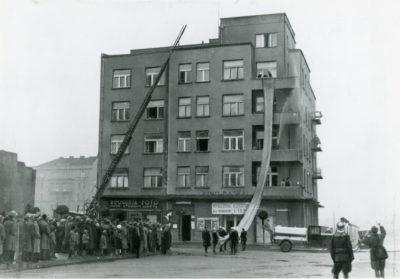 Ćwiczenia straży pożarnej w budynku przy zbiegu skweru Kościuszki i ul. Żeromskiego