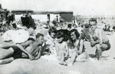 Rodzina na plaży przy łazienkach kąpielowych