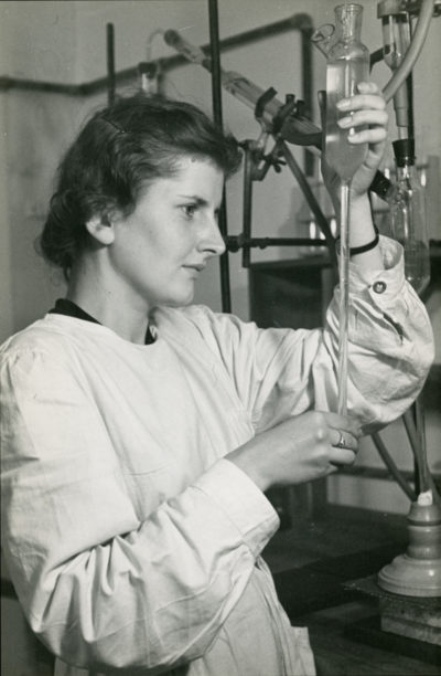 Pracownica laboratorium w Gdyni