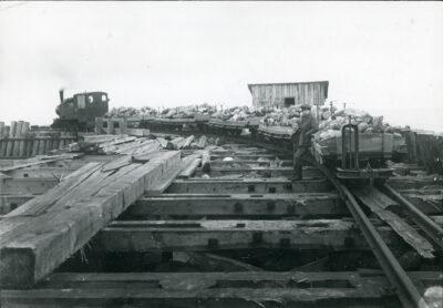Wagonetki z kamieniami na molo portu tymczasowego