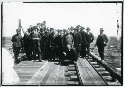 Delegaci sejmu II RP przed poświęceniem budowy portu