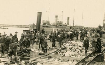 Harcerze na drewnianym pomoście portu tymczasowego w Gdyni
