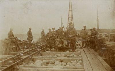 Żołnierze I Kursu Inzynierii Wojskowej na pomoście portu tymczasowego w trakcie budowy