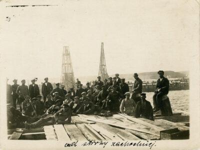 Pracownicy budowy portu tymczasowego na pomoście